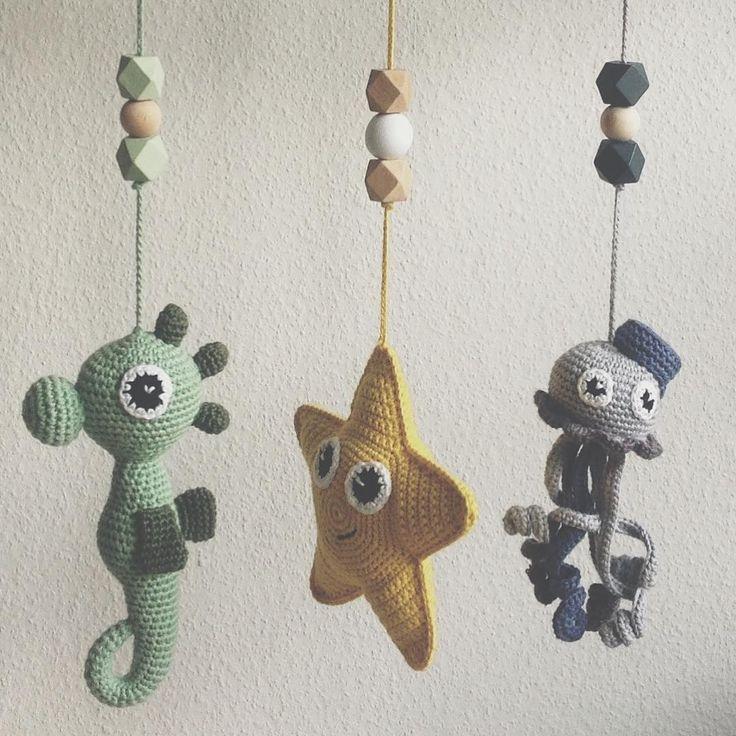 """Små ting til aktivitetsstativ """"Klar til lille V's aktivitetsstativ #hækle #hæklet #hækling #crochet #crocheting #crochetaddict…"""""""