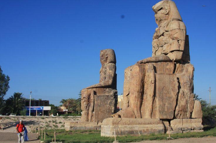 Segundo dia de cruzeiro, dez e meia da noite. Acompanhamos, a partir do terraço do barco, a atracagem em Luxor, antiga Tebas, uma das capitais mais importantes da história da antiga civilização egípcia. Ficamos mesmo em frente ao templo de Luxor! Já não estava iluminado, mas notavam-se os contornos das enormes colunas, das paredes da …