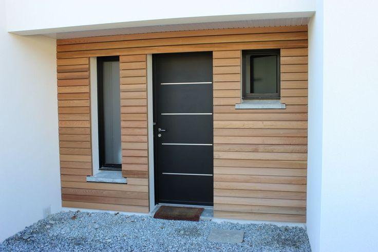 Bardage bois red cedar, pose en clair-voie au niveau du porche d'entrée