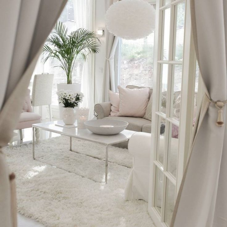 Pariovien takaa avautuva näkymä olohuoneen puolelle saa haukkomaan henkeä. Ihana valo ja puhdas vaaleus.