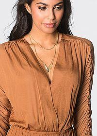 Модное макси-платье с красивыми сборками на рукавах, V-образным вырезом с эффектом запаха и облегающей эластичной лентой в талии. Очень привлекательная юбка с разрезом. Длина ок. 146 см (разм 38). Машинная стирка. Верх: 100% полиэстер