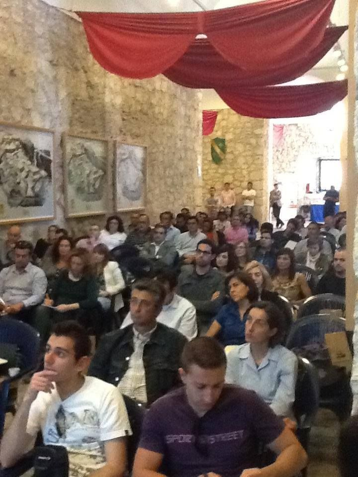 Antes de hablar sobre el evento iDay en Alicante, quiero hacer una reflexión, si miras hacia atrás, y ves todas las sillas llenas, si aun así ves alguna persona de pie, si sumas participación y conocimientos, definimos perfectamente a iDay como un evento social media, marketing online, vivo y motivador. Puedo escribir que iDay ha sido un éxito de ponentes, de patrocinadores, pero sobre todo, un éxito de personas unidas en la orbita social media y redes sociales.
