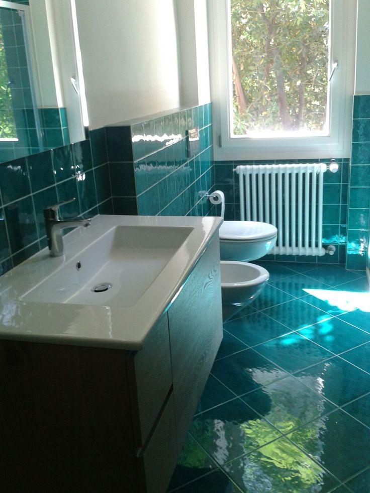 Oltre 25 fantastiche idee su piastrelle per bagno blu su for Autoadesivi per piastrelle