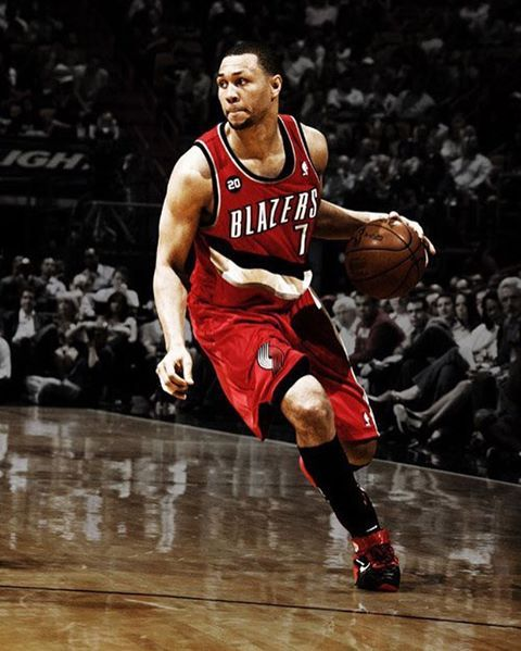 BREAKING : Former NBA All-Star Brandon Roy has been shot in the leg over the weekend in a shooting near Los Angeles . Brandon Roy was shielding children with his body when he got shot outside his grandmothers home in California . Posted by : @ryanmiglio