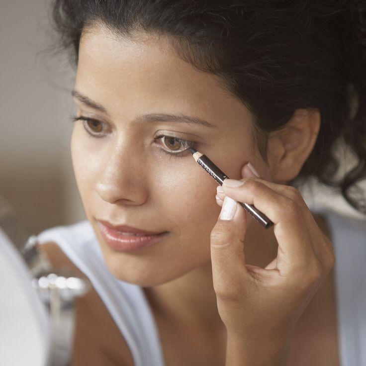 Eyeliner opdoen kan soms een drama zijn. Of je bent gehaast en daardoor is dat ene lijntje niet zo vloeiend zoals je zou willen of je hebt het te dik aangebracht. Gelukkig wordt eyeliner met deze trucs je beste vriend!