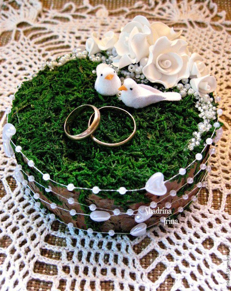 При слове «свадьба» у меня возникают только нежные и светлые мысли. В этот день весь мир для молодой пары становится замечательным и чудесным. Смех, радость, улыбки, море счастья — всё это передается от молодоженов и заполняет сердца гостей, друзей и родных :) На хорошо организованной свадьбе любая мелочь должна выглядеть органично! Подушечка для колец — это маленький, но очень важный предмет,…