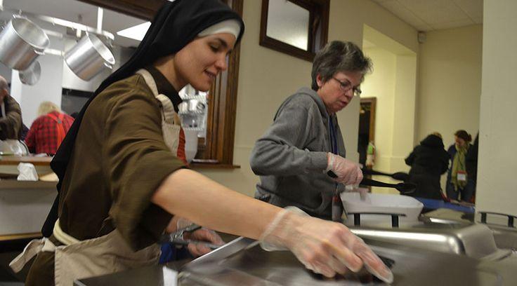 """WASHINGTON D.C., 11 Nov. 15 / 09:44 am (ACI/EWTN Noticias).-   El reality de concursos de cocina """"Chopped"""" (Picado), que se emite Food Network, coronó el lunes 9 de noviembre a la hermana Alicia Torres, una religiosa de 30 años que pertenece a lasFranciscanas de la Eucaristía de Chicago(Estados Unidos)."""