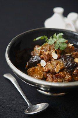 Miam, le tajine aux pruneaux. Retrouvez sur aufeminin une autre recette de tagine pour un menu oriental  trendy