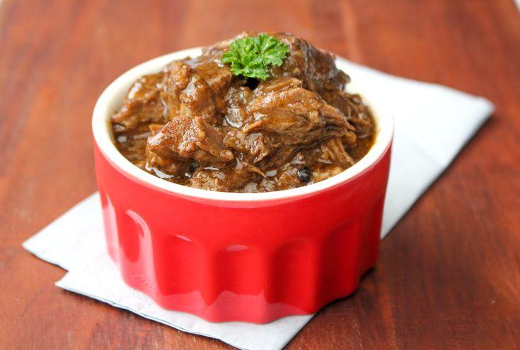 Met dit makkelijk recept maak je een heerlijk stoofpotje uit de slowcooker. Het eindresultaat is een heerlijk herfstig stoofgerecht met mals sappig vlees.