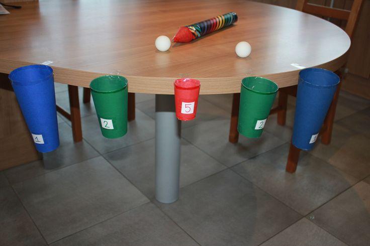 Jeu d'adresse pour enfant (anniversaire, fête ...) Souffler dans le tuyau pour diriger la balle en direction du verre rapportant le plus de point, pas si simple !