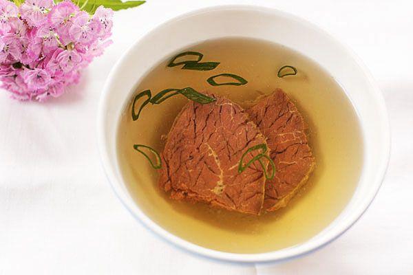 Бульоны — незаменимая вещь в кулинарии. Добавление бульонов в различные блюда в процессе готовки улучшает их вкус и делает его более насыщенным. На основе бульонов готовят многие супы, соусы, ризотто, заливные блюда, бульоны добавляют в начинки для пирогов, пирожков и запеканок. Бульон из говядины обладает отличным насыщенным вкусом, его можно использовать сразу или заморозить порционно и размораживать по мере необходимости.