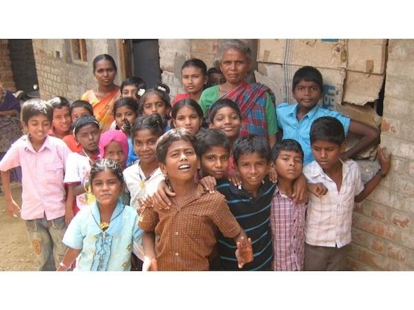 Project in #India, van #Net4kids overbruggingsonderwijs voor ex-straatkinderen. In 'Bridge Schools' komen kinderen die voorheen kinderarbeid uitvoerden in een omgeving waar ze kunnen leren en worden opgevangen. Het achterliggende doel is ze te motiveren om door te gaan met onderwijs en niet terug te vallen in de kinderarbeid in de kledingindustrie.