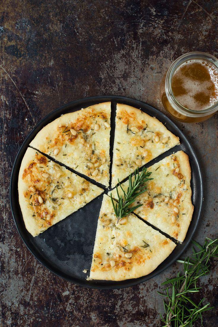 Den her pizza er både nem og lækker. Fyldet består af tre slags ost, pinjekerner, rosmarin og hvidløg. Perfekt lille forret eller snack.