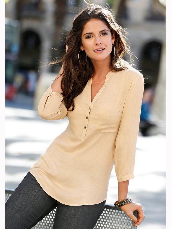 Blusa cuello mao con botones y bolsillo. Esta elegante blusa de estudiado diseño…