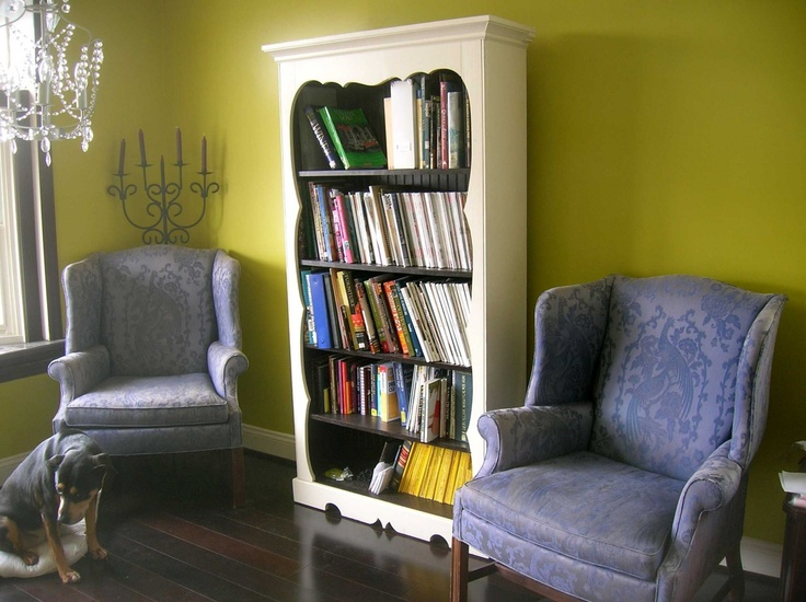 Chairs on either side of Bookshelf | Home Ideas