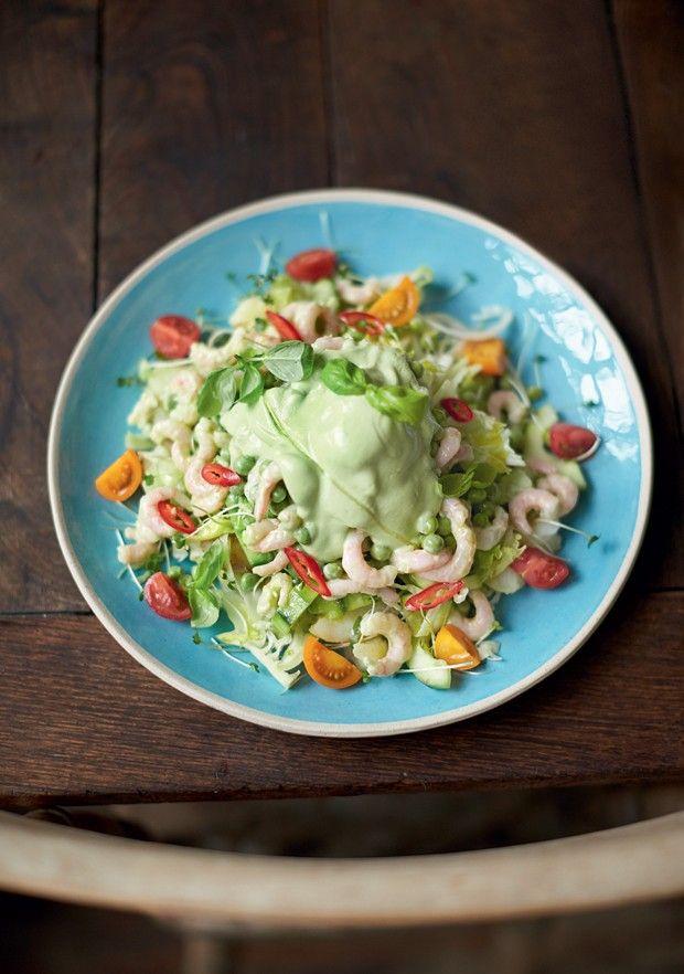 """""""Meu truque no coquetel de camarão é usar, no lugar da calórica maionese, o iogurte natural – que nos fornece bactérias amigas do intestino – e avocado, para obter um molho cremoso"""" - Jamie Oliver"""