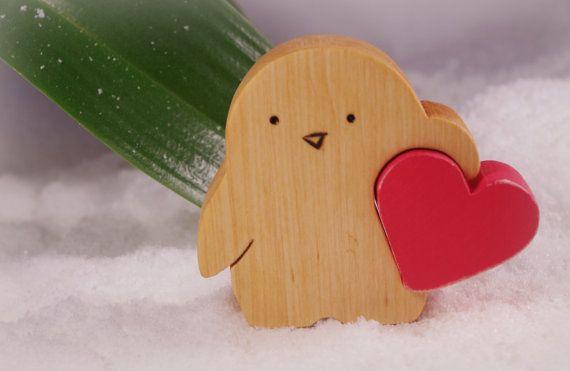 Valentines kleinen Pinguin mit viel Liebe von WoodMetamorphosisUK