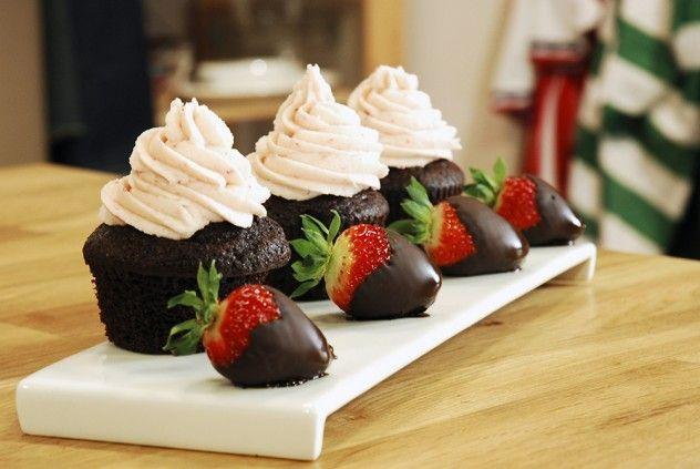 Sevgili Cupcake Malzemeleri   Keki için malzemeler 3 adet yumurta 1,5 su bardağı şeker 1 su bardağı ayçiçeği yağı 1 su bardağı yoğurt 2 su bardağı un 1 su bardağı kakao 1 paket kabartma tozu 1 paket vanilya 1 fiske karbonat   Üstünde ki krema için malzemeler 160 gr. tereyağı 500 gr. pudra şekeri 60 ml. süt 2-3 yemek kaşığı çilek püresi