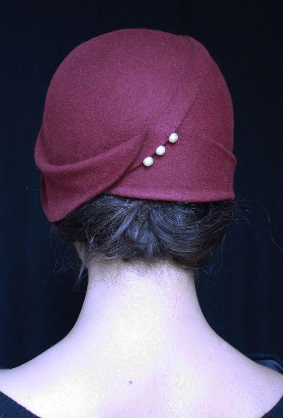 """Eu amo chapéus, acessórios de cabelo… Já gostava dum cloche (vide minha fotinha à esquerda), mas agora assistindo Gabriela (""""Eu nasci assim, eu cresci assim…""""), tô pirando n…"""