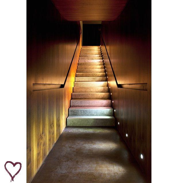 Escada com corrimão embutido - casa noturna Número - Isay Weinfield