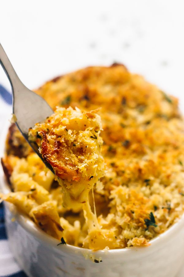 This Baked Pumpkin Mac and Cheese is loaded with lots of fall favour, tons of nutrients and tastes so decadent! It's the perfect side dish. via http://jessicainthekitchen.com