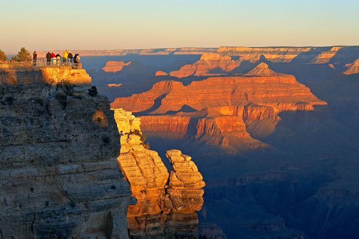 GRAN CAÑÓN  Aunque sobrevolar en helicóptero el Gran Cañón del Colorado, en el estado norteamericano de Arizona, es tal vez la mejor opción para admirar su inmensidad, los miradores que se asoman a él son una excelente alternativa para abarcar desde una posición privilegiada una de las maravillas naturales del mundo.