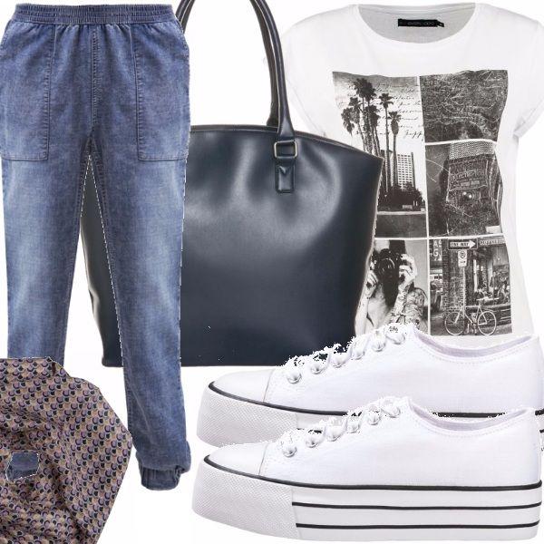 Jeans largo con elastico in vita e alla caviglia, t-shirt bianca con stampa in bianco e nero, sneakers bianche allacciate con suola alta con righe sottili nere, borsa shopper blu scuro, sciarpa leggera con motivo astratto blu e rosa antico