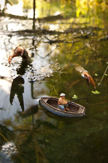 """""""Look behind youuuu!"""" What a trip these dioramas are! http://unpetitmonde.net"""