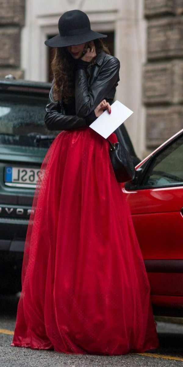 Modèle avec robe rouge