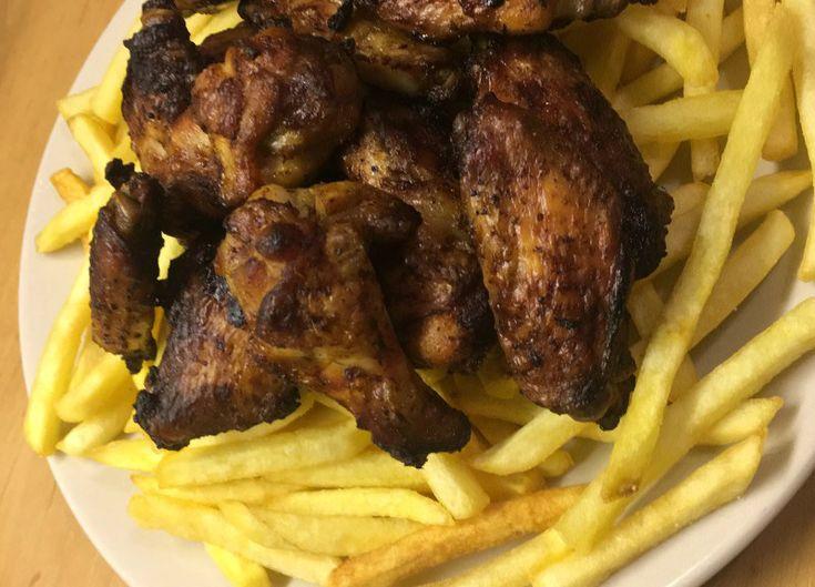Oven kippenvleugels à la Ikkie. Heerlijke krokante kipvleugels uit de oven, krokant van buiten en mals van binnen.Het is mijn (ons) lievelingshapje/snack met gezelligheid van mijn beste vriendinnetje