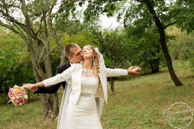 """Wedding kiss, groom, bride, невеста, жених, свадебное платье, Свадьба в стиле """"Английский сад"""" Организация свадьбы в Краснодаре Организация свадебное агентство """"Счастливые истории"""" #happystorieswed"""
