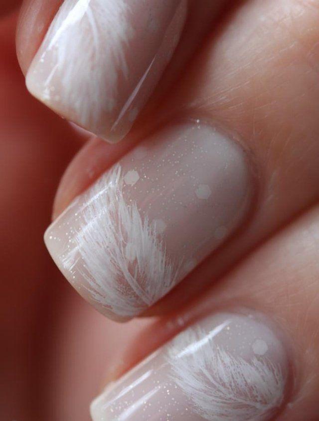 nail art mariage vernis à paillettes avec dessins de plumes