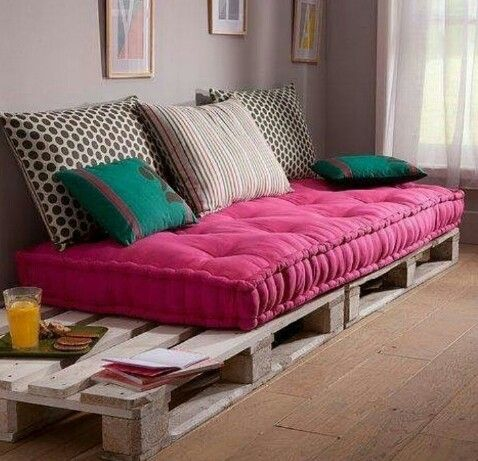 25 best ideas about bed couch on pinterest palette bed for Banquette palette exterieure