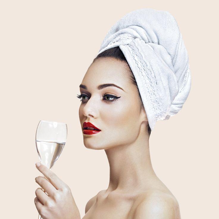 """Repetă după noi: """"Îmi iubesc părul și ador să îl răsfăț cu prosopul de păr AGLIQUE!"""" Nu este doar un accesoriu de baie fantastic cu un design atrăgător, ci este și extrem de util: prosopul Aglique absoarbe delicat și rapid apa din păr. După ce te speli pe cap, te poți machia liniștită, te poți da cu cremă de corp sau poți citi o carte fără nicio grija… Poți face tot ceea ce vrei fiindcă vei avea ambele mâine libere și, în tot acest timp, prosopul va rămâne perfect fixat pe cap…"""