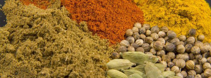 <p>Гарам масала – легендарная индийская смесь специй, это название с хинди переводится как «горячая смесь».</p>