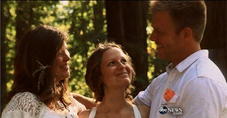 Un mariage heterosexuel polygame. C'est un mariage dans lequel un conjoint ou l'autre sexe peut avoir plus d'un partenaire dans le même temps. Dans ce photo, le homme and deux femmes.
