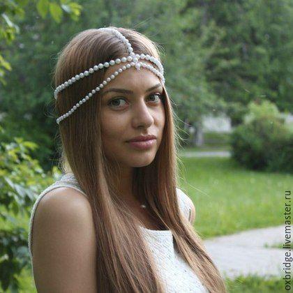 Купить или заказать Тика на голову белая в интернет-магазине на Ярмарке Мастеров. Модное украшение для волос в индийском стиле - тика. Тика выполнена из бусин искусственного перламутрового жемчуга белого цвета. Тика отлично дополнит ваш праздничный образ, в ней вы будете королевой любой вечеринки!!!…
