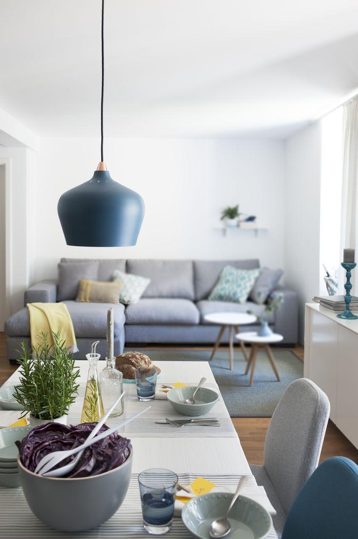 Was für eine unschlagbare Kombi: Wir vereinen den beliebten Skandi-Stil mit der Trendfarbe Blau und Country-Einflüssen zu einem gemütlichen Wohn-/Essbereich für die ganze Familie.