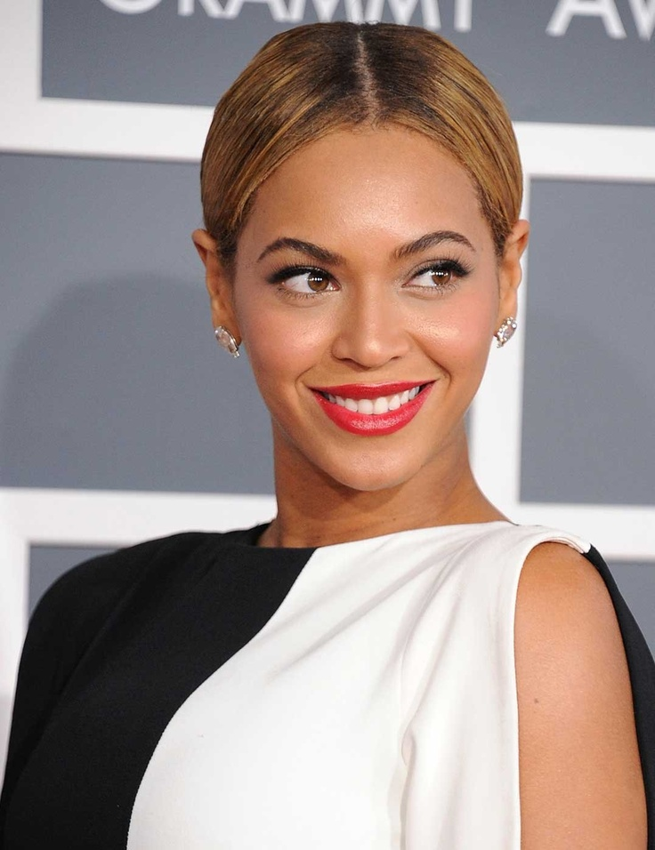 Beyonce's block monochrome outfit was perfectly befitting the velvet red lips + super sleek hair choice