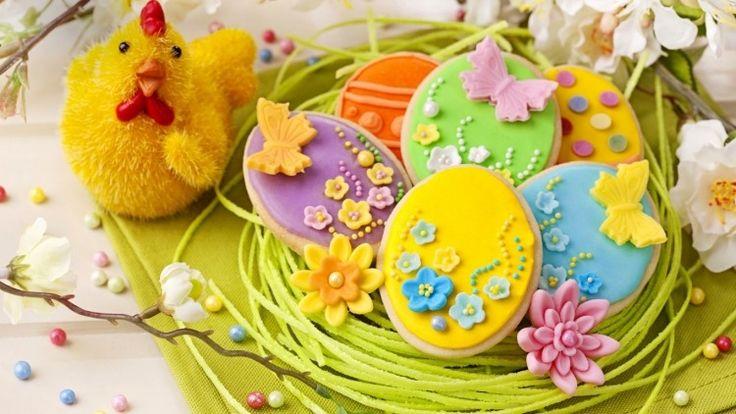 Osterplätzchen mit Blumen und Schmetterlinge aus Fondant dekorieren