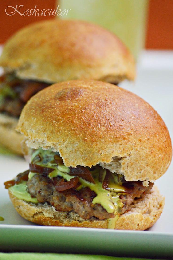 Hamburger, karamellizált hagymával és bazsalikom szósszal