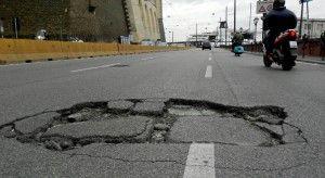 Napoli, duecento incidenti al mese nelle buche delle strade-gruviera
