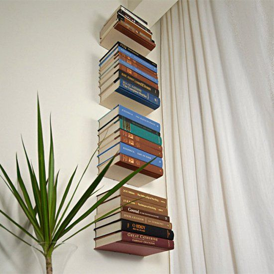 """Para aproveitar melhor cada cantinho e manter seus livros preferidos sempre à mão, uma opção criativa é ter em casa uma estante flutuante montada com prateleiras invisíveis. Além do efeito visual impactante, pois o livros dão a impressão de estarem flutuando, ganha-se muito espaço, sem contar que a decoração fica original. Em cada prateleira você...<br /><a class=""""more-link""""…"""