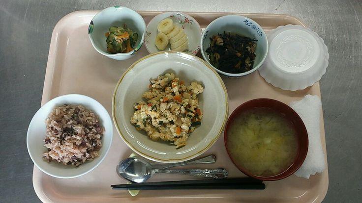 5月14日。赤飯、炒り豆腐、ひじきの煮物、じゃこ甘酢和え、キャベツと葱の味噌汁、バナナでした!炒り豆腐がヘルシーで美味しかったです!591カロリーです♪