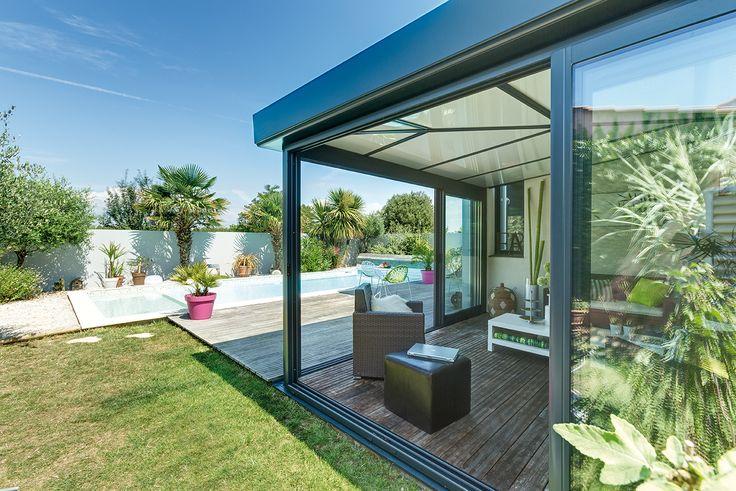 Dans sa version totalement épurée, légère et entièrement vitrée sur ses 4 faces, la #verandaEpure se fait kiosque. Elle devient alors idéale pour abriter un spa ou un pool house tout en luminosité et en transparence. #verandarideau