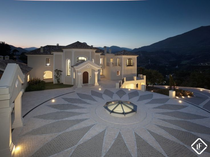 Contemporary style 7 bed Villa in the exclusive area of La Zagaleta. This modern, luxury Villa with a salt water pool has been decorated to a high standard and includes a cinema room, bar, sauna, steam room, jacuzzi, 6 car garage and staff quarters