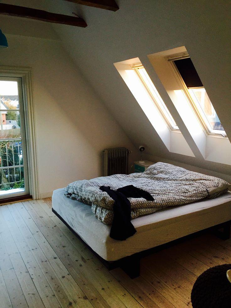 Soveværelse - Tagvinduer, velux, altan, afhøvlede gulve og olierede fritlagte hanebåndsbjælker. Loft til kip.