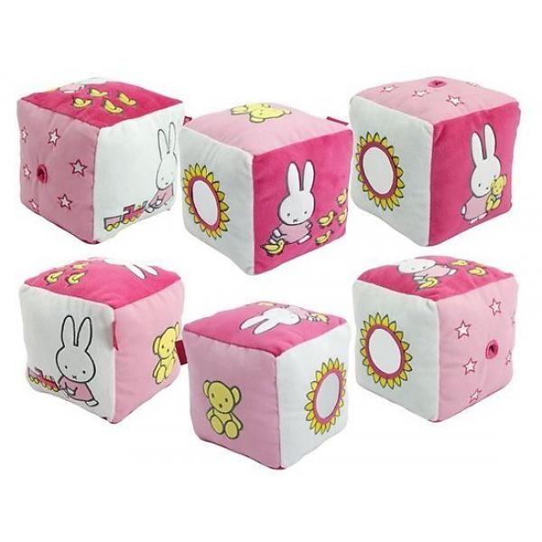 Vrolijk kubus van roze Nijntje denim met verschillende activiteiten, materialen en afbeeldingen. Met rammeltje erin. De afmetingen zijn 16x16x16 cm, wordt geleverd met een hang tang.