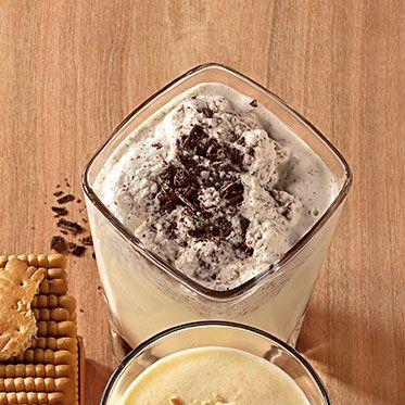 Gewürzkaffee-Smoothie | 2 grüne Kardamomkapseln, 3 EL Kaffeebohnen, 150 ml fettarme #Milch, 1 Stück Edelbitterschokolade (85 % Kakaoanteil; ca. 8 g), 30 g #Sahne, 1 Prise Cayennepfeffer, 1 Prise Zimtpulver, 1 Prise gemahlener Piment, 1 EL brauner #Vollrohrzucker, Standmixer, gestoßenes Eis, Trinkhalm ➡︎ schmeckt gut, aber sehr aufwendig zu machen (einen Tag Vorlauf) und verbraucht viele Café-Bohnen, also nur wenn Gäste kommen... Die Schokolade ganz fein malen