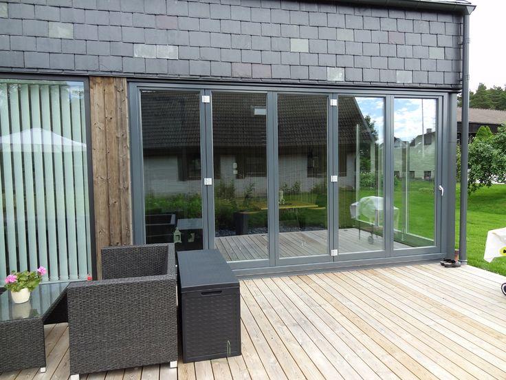 Vikparti i trä/aluminium från Ekstrands i modern fasad  #Ekstrands #Fönster #EkstrandsFönster #Vinterträdgård #Uterum #Inspiration #Arkitektur #Vikfönster #Altan #Hus #villa